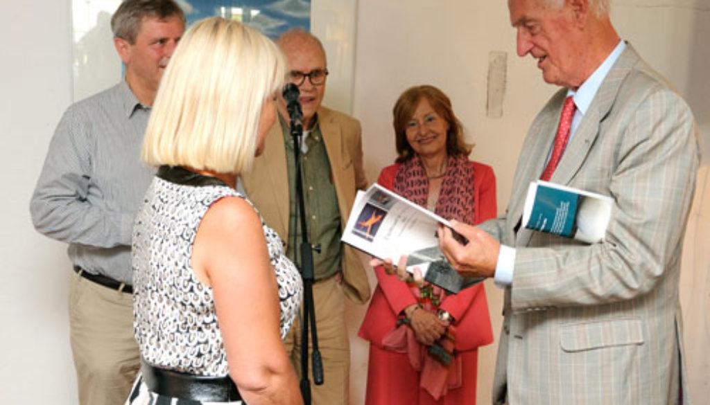 Martin-Schröder-neemt-nieuwste-boek-van-Thijs-Postma-in-ontvangst-(002)